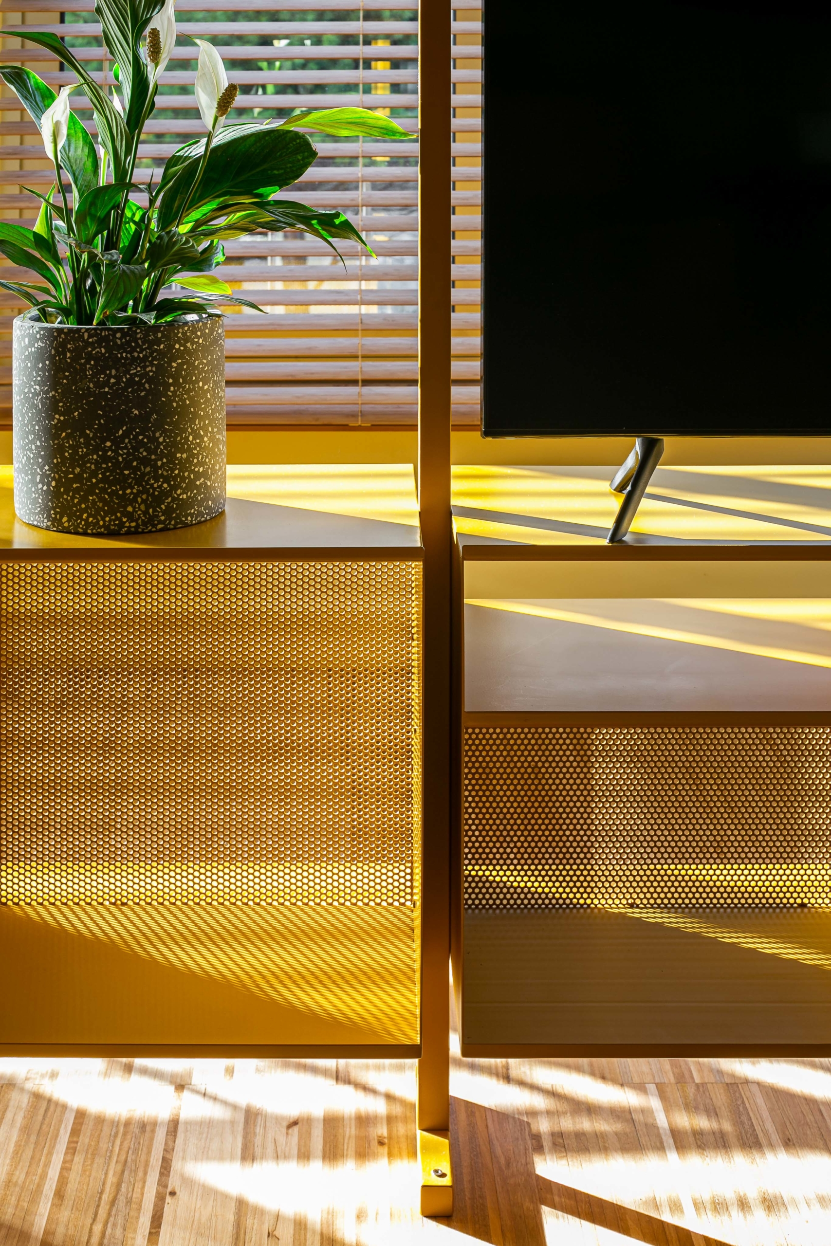 Arq – Detalhe 3 estante amarela